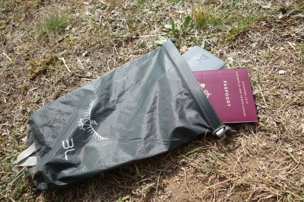 Waardevolle spullen in een Osprey Drysack