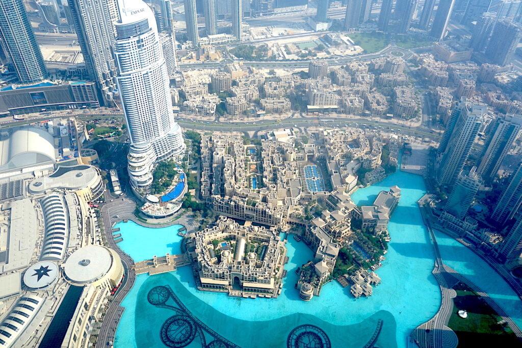 De Burj Khalifa kijkt uit over de Dubai Fountain, Burj Park, Downtown Dubai en de Dubai Mall.