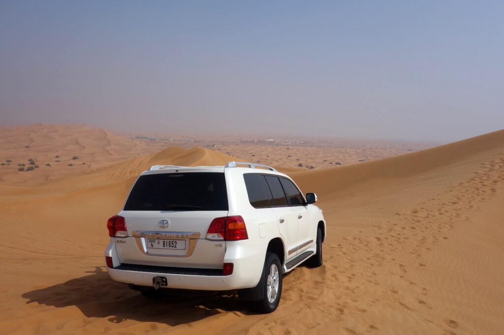 Sand dune bashing in de woestijn van Dubai