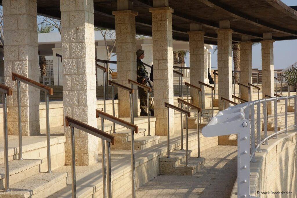 Een soldaat bewaakt Qasr-el-Yahud, de plaats aan de Palestijnse oever van de Jordaan