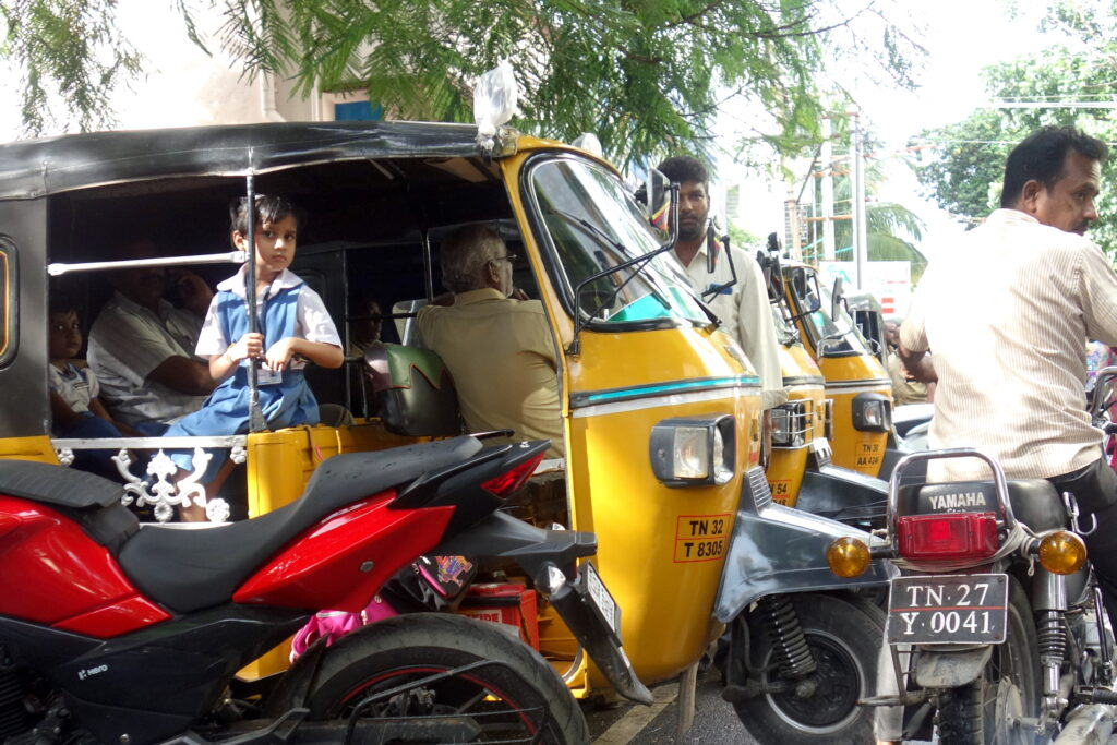 Taxi met schoolkinderen in Salem, India