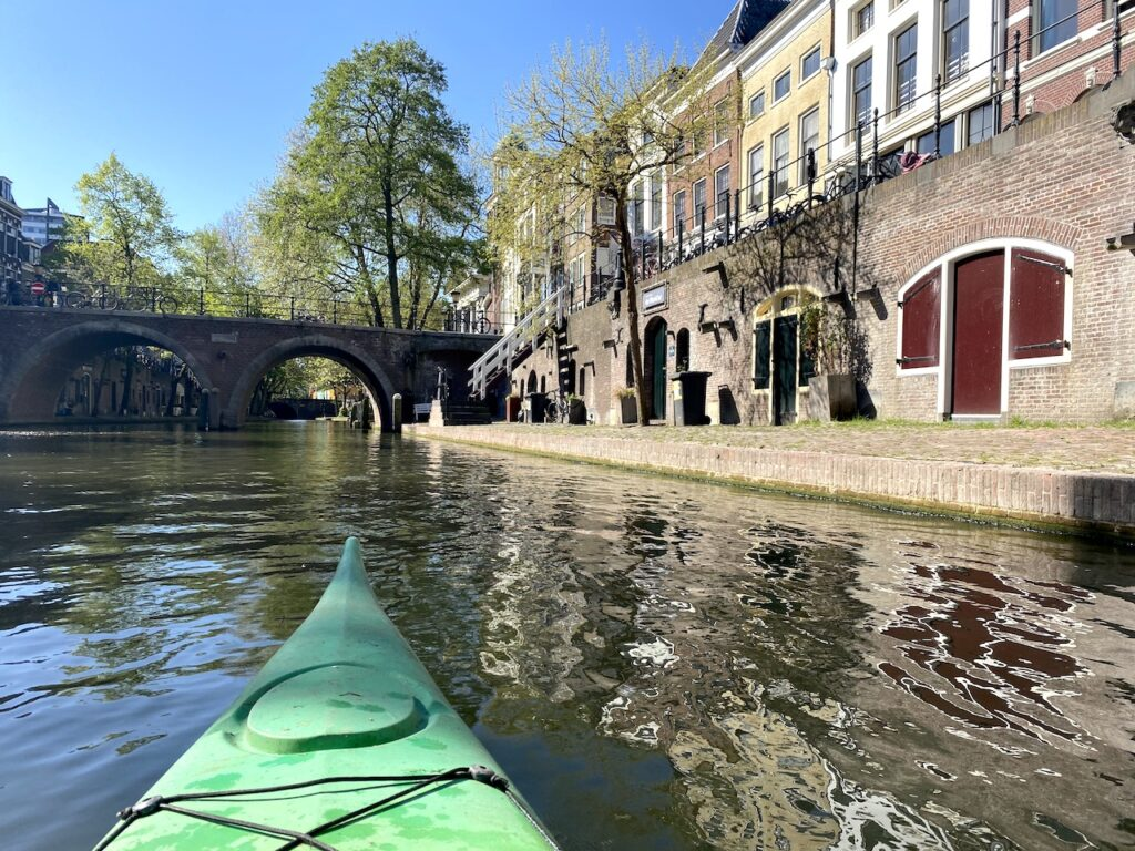 Kajakken op de Oude Gracht in Utrecht
