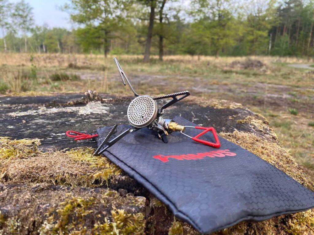 De Micro Trail Stove neemt niet veel ruimte in beslag in je rugzak of fietstas.