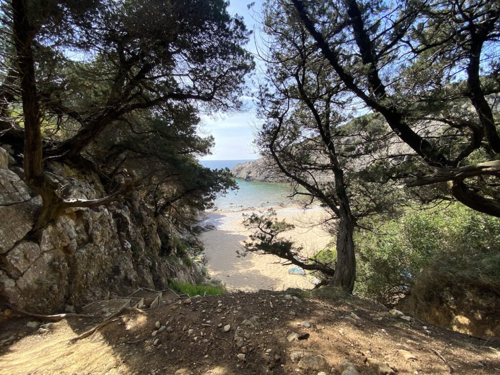 Het verborgen strand Paralia Glossa