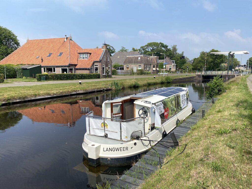 Varen met een met een elektrische boot in Friesland