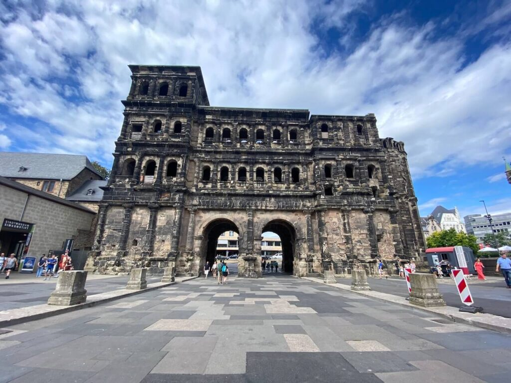 De achterzijde van de Porta Nigra, de Romeinse stadspoort van Trier