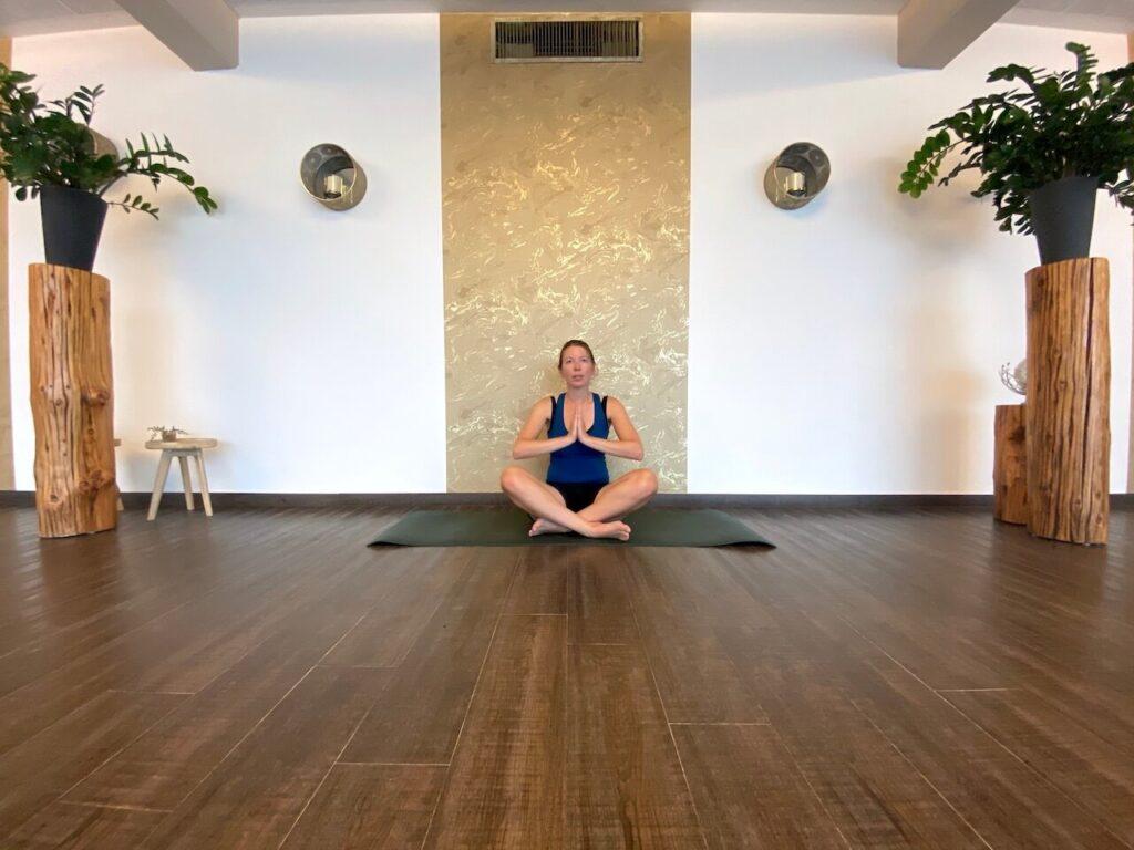 Traditionele hatha yoga in een warme ruimte in de thermen