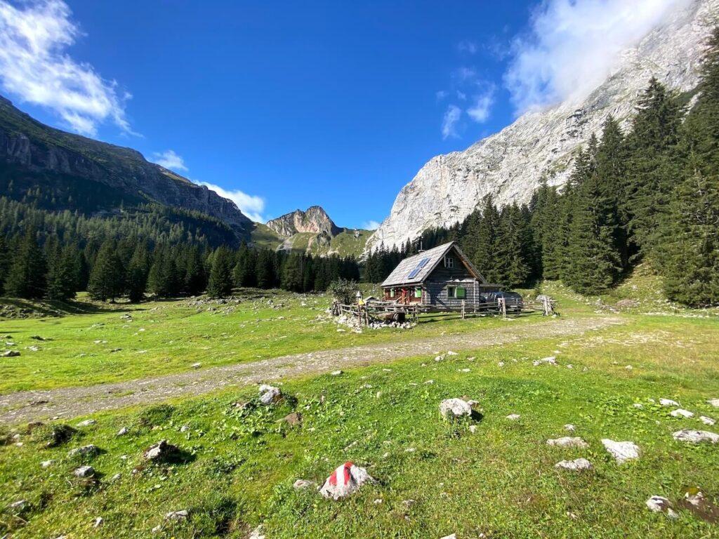 We vullen onze bidons bij een hut op de bergweide