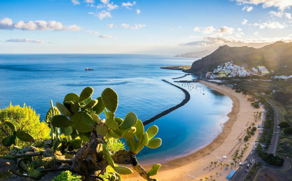 Uitzicht over het strand las Teresitas bij Santa Cruz de Tenerife, Canarische Eilanden