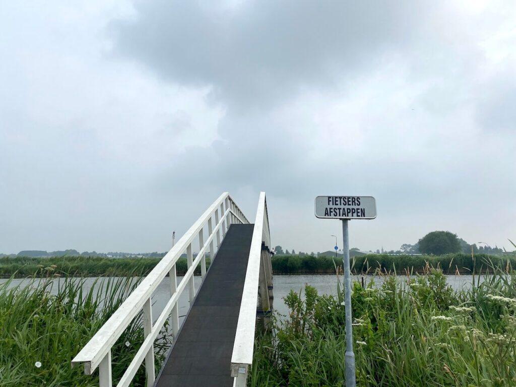 Loopbrug Ursemmervaart, fietsers afstappen