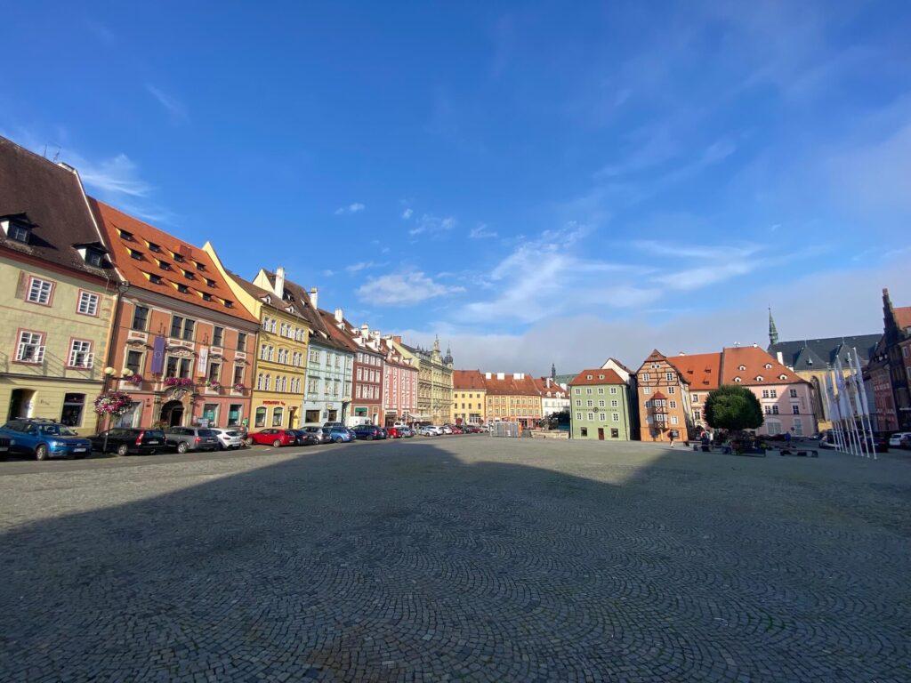 Kleurrijk marktplein in Cheb, Tsjechië