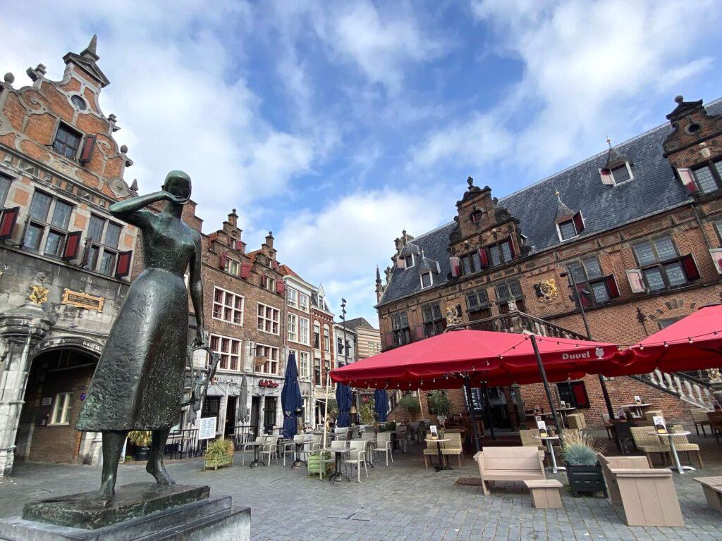 Beeld van Mariken van Nieumeghen op de Grote Markt in Nijmegen